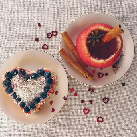 романтический завтрак на 14 февраля, романтический завтрак, завтрак для любимого, завтрак любимому, завтрак для мужа, праздничный завтрак, глинтвейн в яблоке, праздничный завтрак на 14