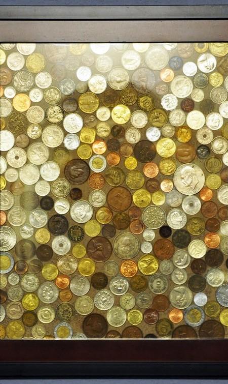 картина из монет россыпью