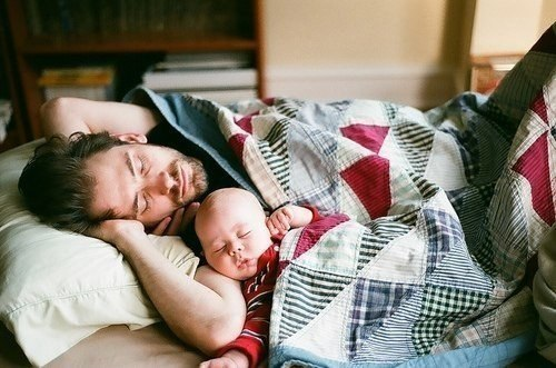 муж и ребенок под пледом