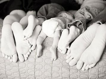 идеи для семейной фотографии с ребенком: фото ног мымы, папы и малыша