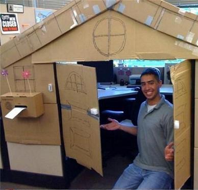 розыгрыш на 1 апреля: картонный домик их рабочего места