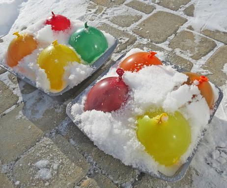 ледяные цветные шары , зимнее украшение двора