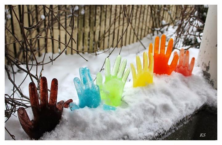 цветные ледяные руки, руки из льда