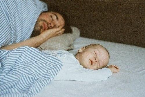 фотосессия мужа со спящим  ребенком