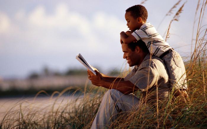 фото мужа с ребенком читают