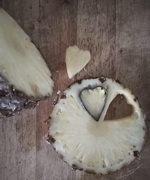 романтический завтрак, сердечки из ананаса, романтический завтрак на 14 февраля, завтрак на 14 февраля, завтрак для любимого