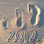 идея для фотосессии на пляже всей семьей: отпечатки ступней ног на песке