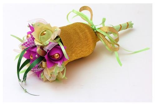 подарок учителю своими руками - букет из конфет в форме колокольчика