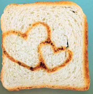 Романтический завтрак на день святого Валентина: тост с сердцем