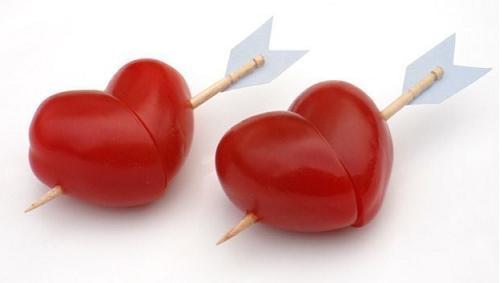 Романтический завтрак для любимого: сердце из помидора